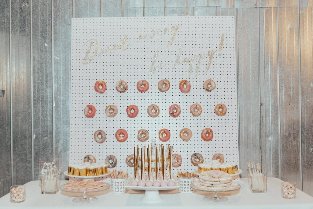 Donut wall - Modern and Graphic Wedding at Airship37